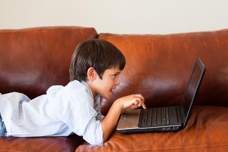 dziecko jego bawić się laptopu zdjęcia stock