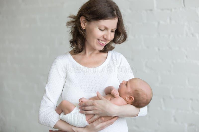 dziecko jej mienia matki nowonarodzeni potomstwa zdjęcia royalty free