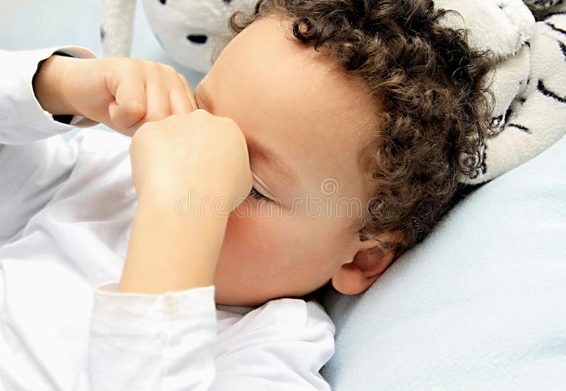 dziecko jest chore bielizna zdjęcia stock