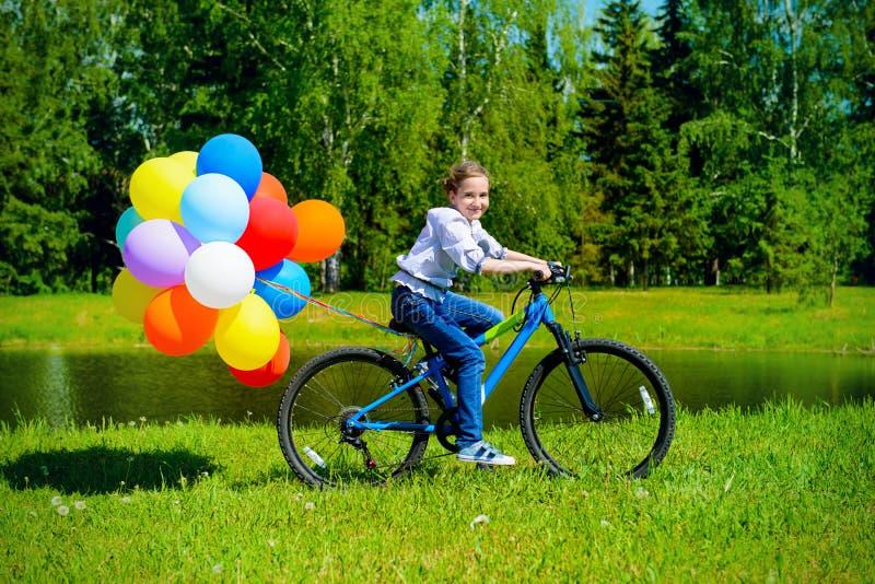 Dziecko jest jeździeckim bicyklem obrazy stock