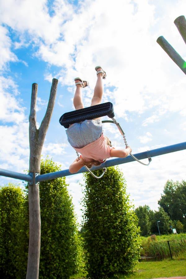 Dziecko jest latający prawdziwy wysoki do góry nogami obraz stock