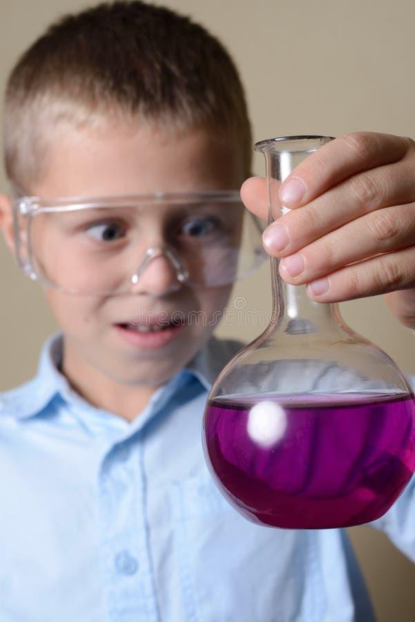 Dziecko jest robi eksperymentom w chemii fotografia royalty free