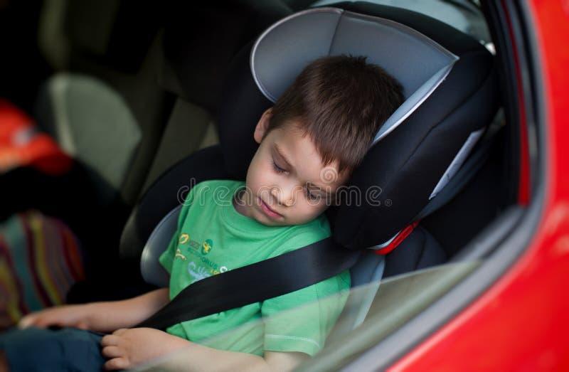 Dziecko jest ubranym pasek w samochodowym siedzeniu zdjęcia royalty free