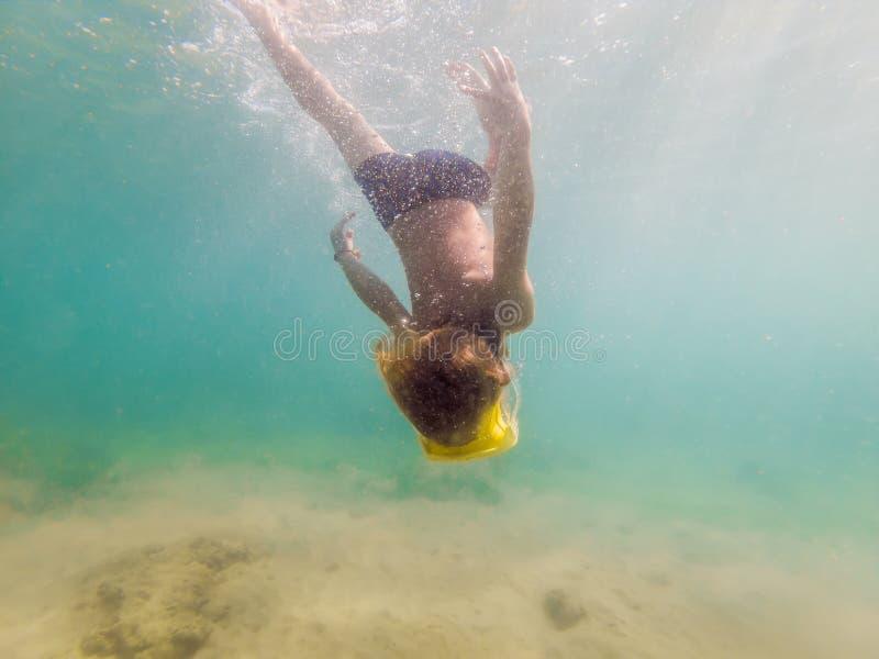 Dziecko jest ubranym snorkeling maskowy nurkowy podwodnego zdjęcie royalty free