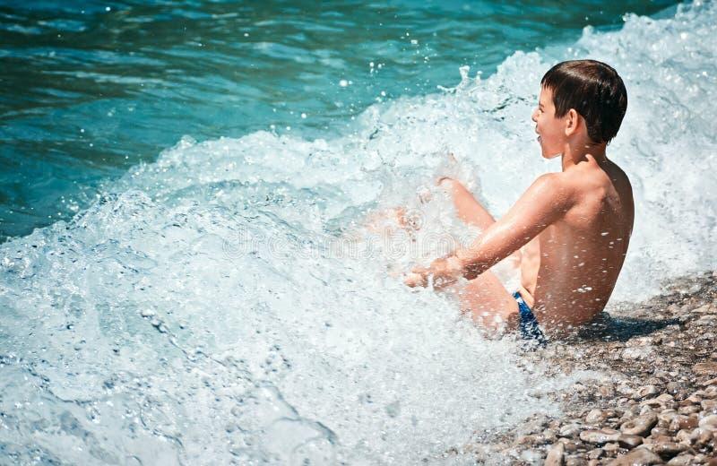 Dziecko kąpać fala kipieli Adriatik Lustica denną plażę Zanjic Montenegro obraz stock