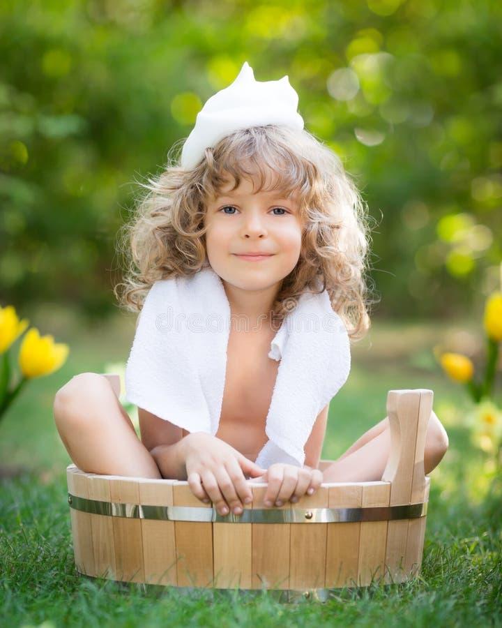 Dziecko kąpać się outdoors w wiośnie obraz royalty free