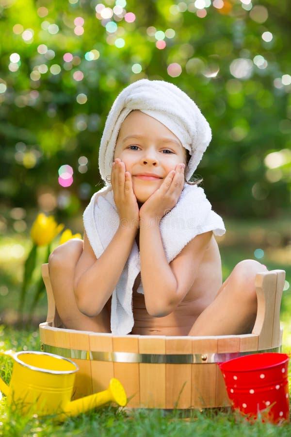 Dziecko kąpać się outdoors w wiośnie fotografia royalty free