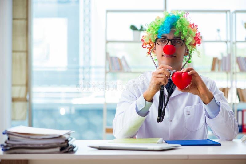 Dziecko kardiolog z stetoskopem i czerwieni sercem zdjęcia stock