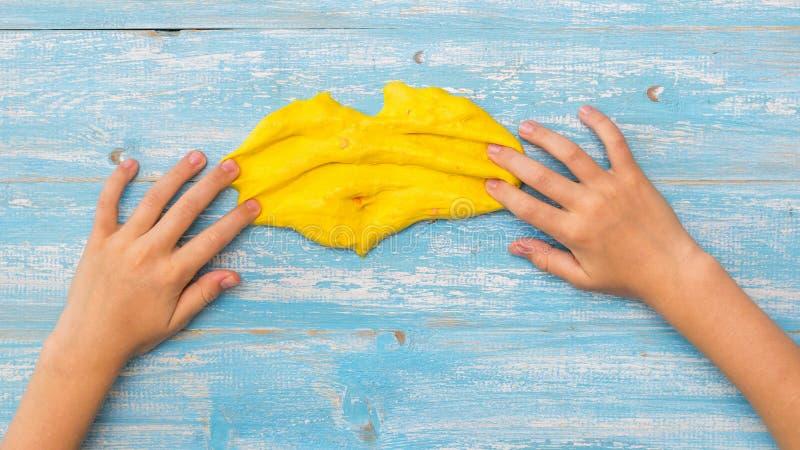 Dziecko koloru żółtego szlamowi rozmazy na drewnianym stole zdjęcie royalty free