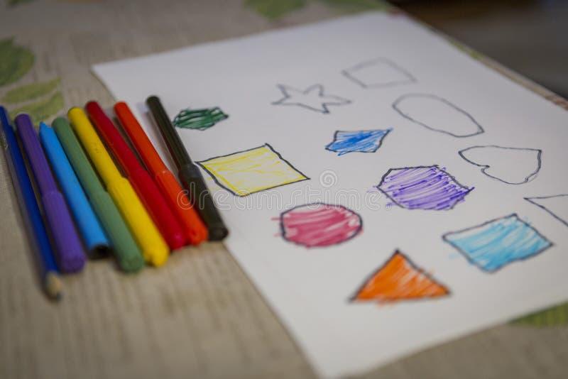 Dziecko kolorystyki i obrazu postacie na bielu prześcieradle w domu obrazy stock