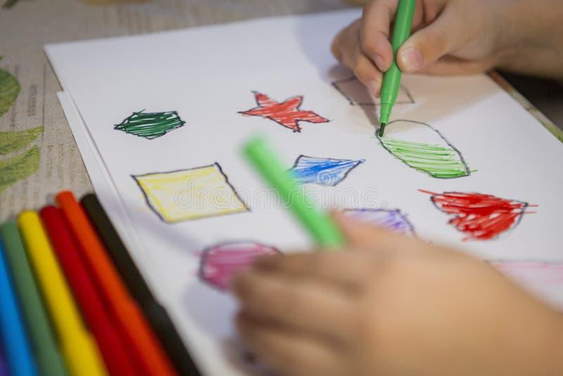 Dziecko kolorystyki i obrazu postacie na bielu prześcieradle w domu fotografia stock