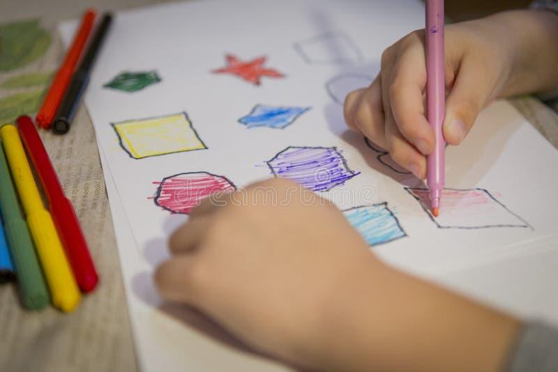 Dziecko kolorystyki i obrazu postacie na bielu prześcieradle w domu obraz stock