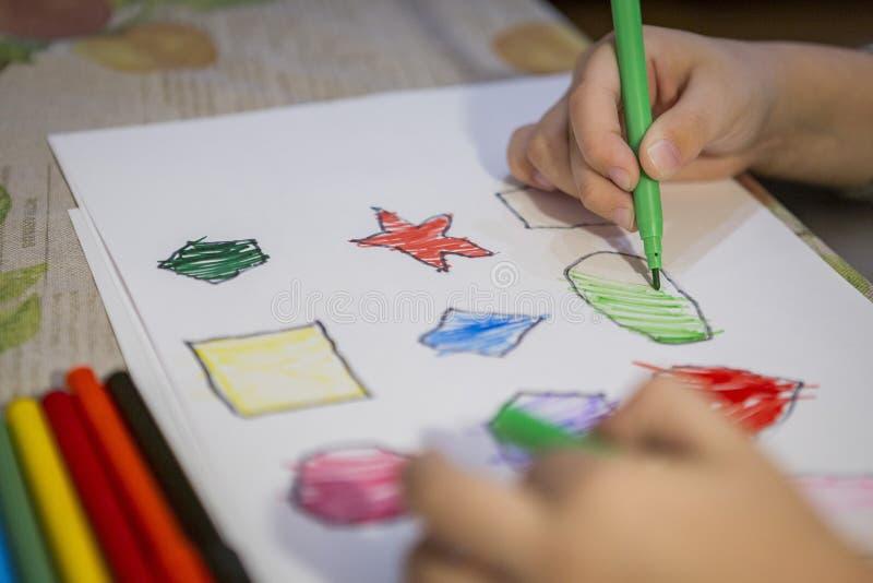 Dziecko kolorystyki i obrazu postacie na bielu prześcieradle w domu obrazy royalty free