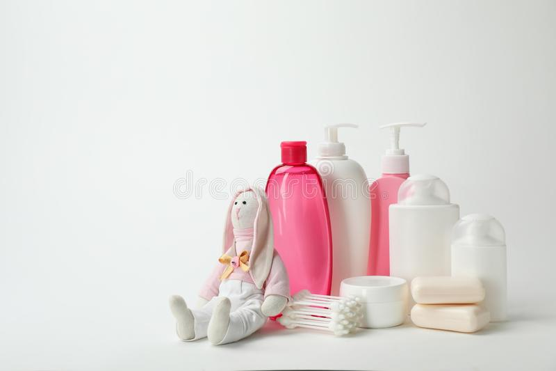 Dziecko kosmetyczni produkty, zabawka i bawełniani mopy, obraz royalty free