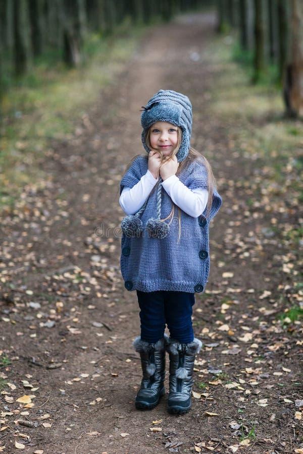 Dziecko kurtki trykotowy odprowadzenie obraz royalty free
