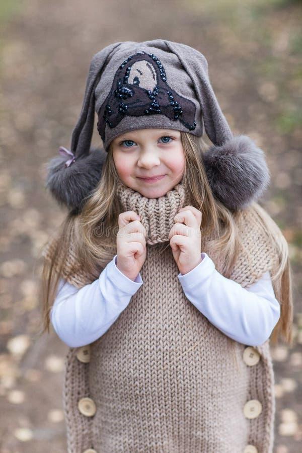 Dziecko kurtki trykotowy odprowadzenie obrazy royalty free