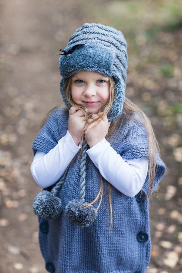 Dziecko kurtki trykotowy odprowadzenie zdjęcia stock