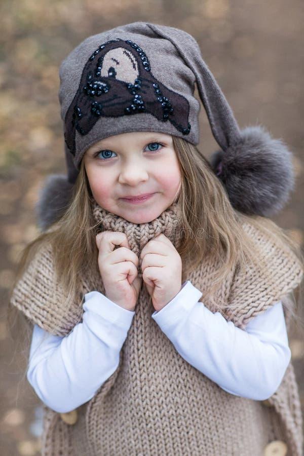 Dziecko kurtki trykotowy odprowadzenie zdjęcia royalty free