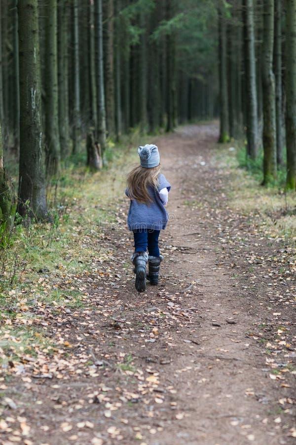 Dziecko kurtki trykotowy odprowadzenie obraz stock