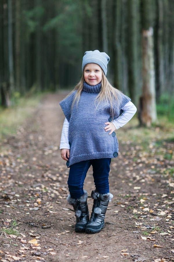 Dziecko kurtki trykotowy odprowadzenie fotografia stock