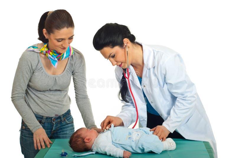 dziecko lekarka egzamininuje nowonarodzonego obraz royalty free