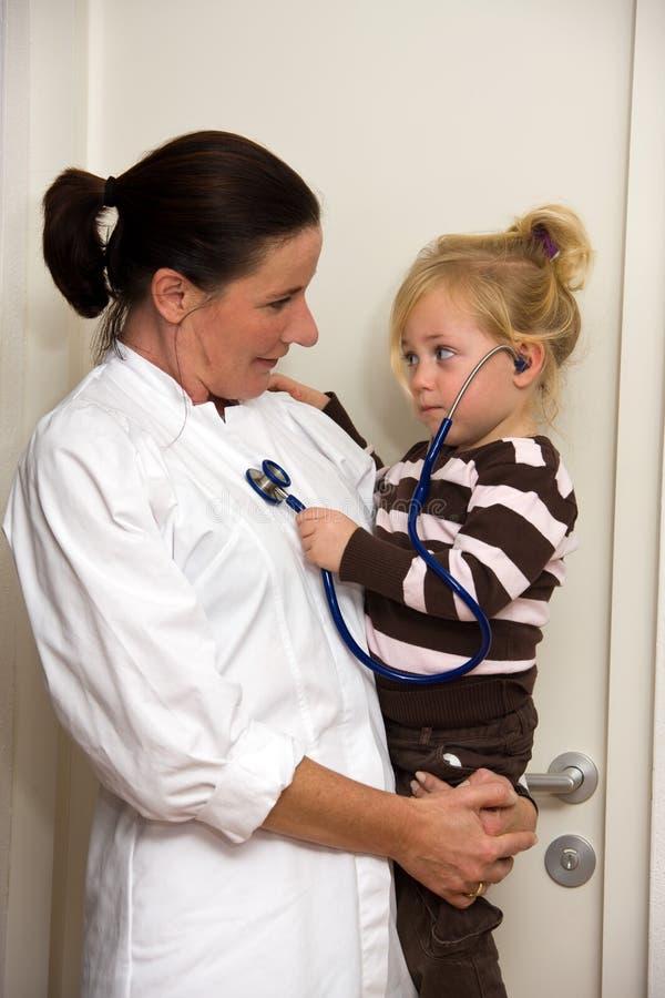 dziecko lekarka egzamininuje operację zdjęcia royalty free