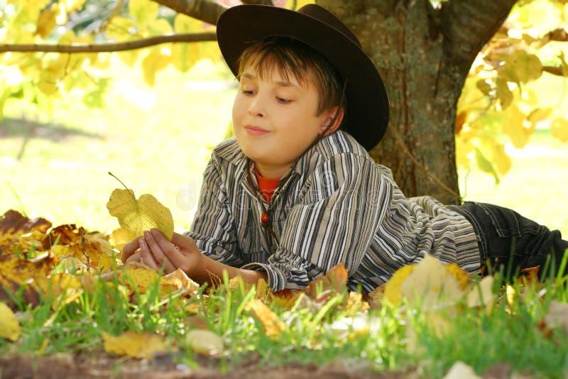 dziecko liście jesienią gospodarstwa obraz royalty free