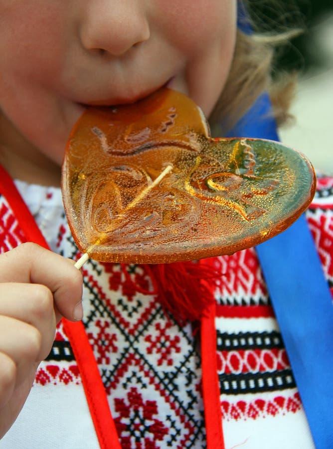 Dziecko liże cukierek fotografia royalty free