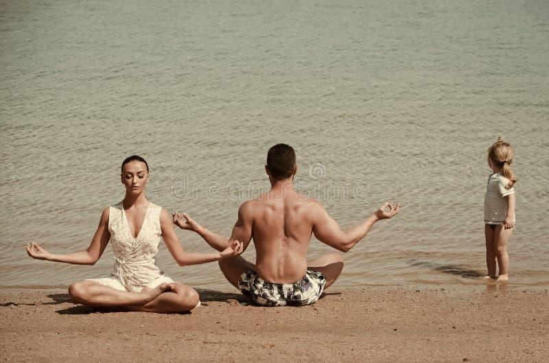 Dziecko, mężczyzna i kobieta medytuje, joga poza, famile zdjęcie stock