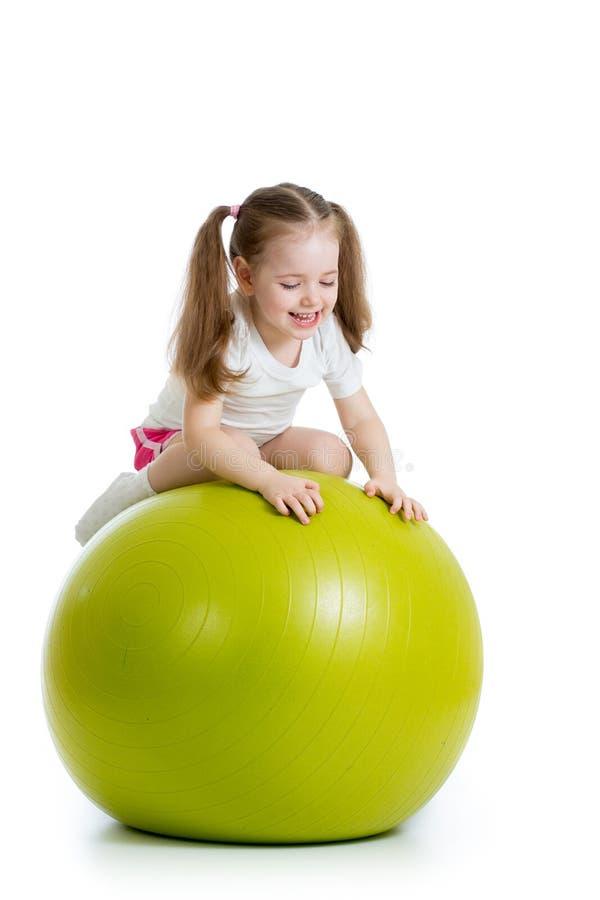 Dziecko ma zabawę z dysponowaną piłką odizolowywającą zdjęcia stock