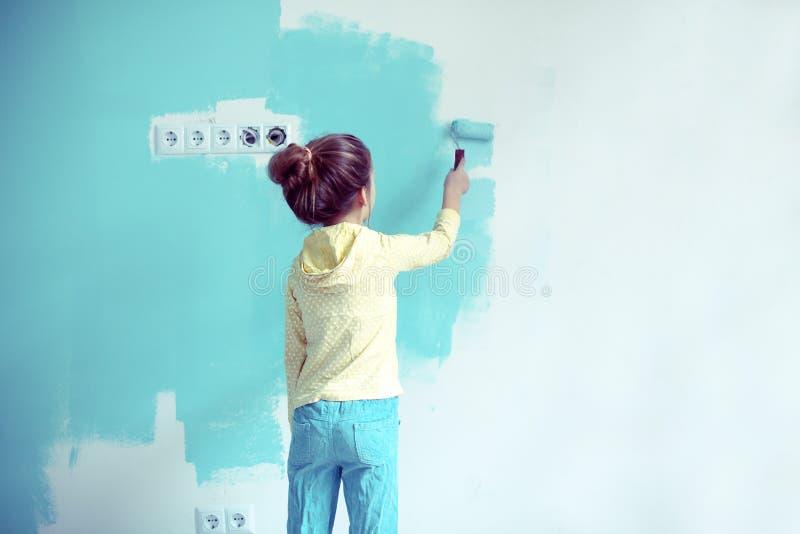 Dziecko maluje ścianę fotografia royalty free