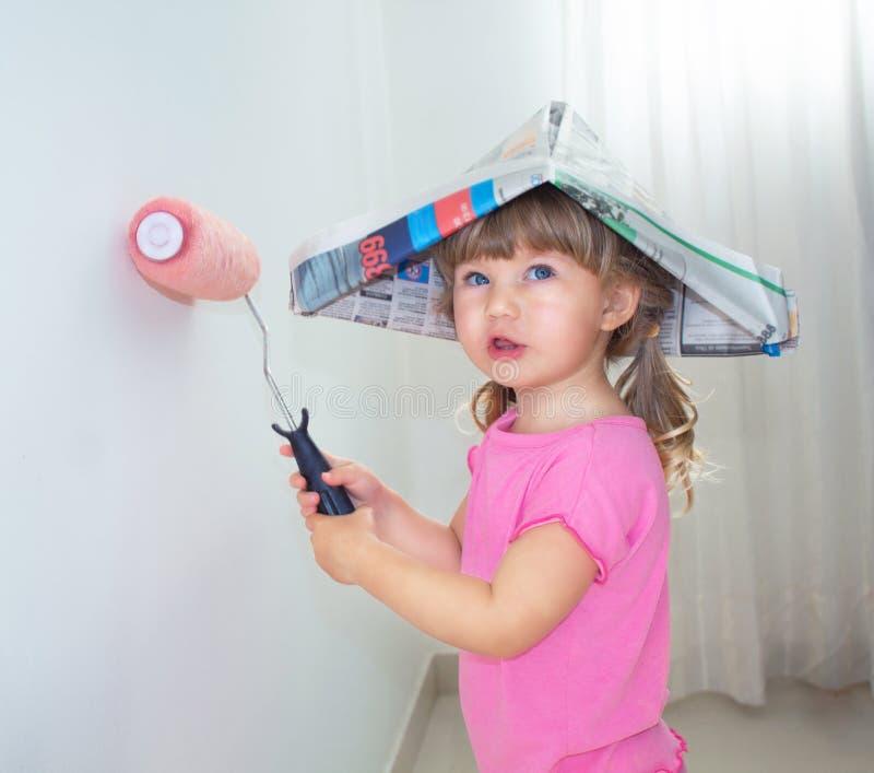Dziecko maluje ścianę z rolownikiem zdjęcia royalty free