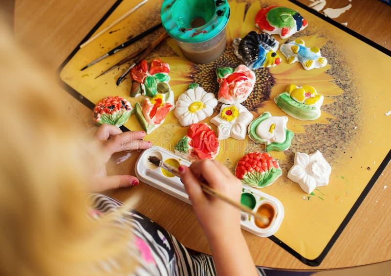 Dziecko maluje ceramicznego garncarstwo zdjęcie royalty free