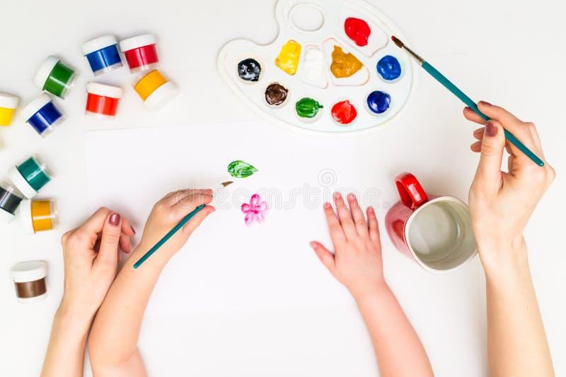 Dziecko maluje kwiatu zdjęcia stock