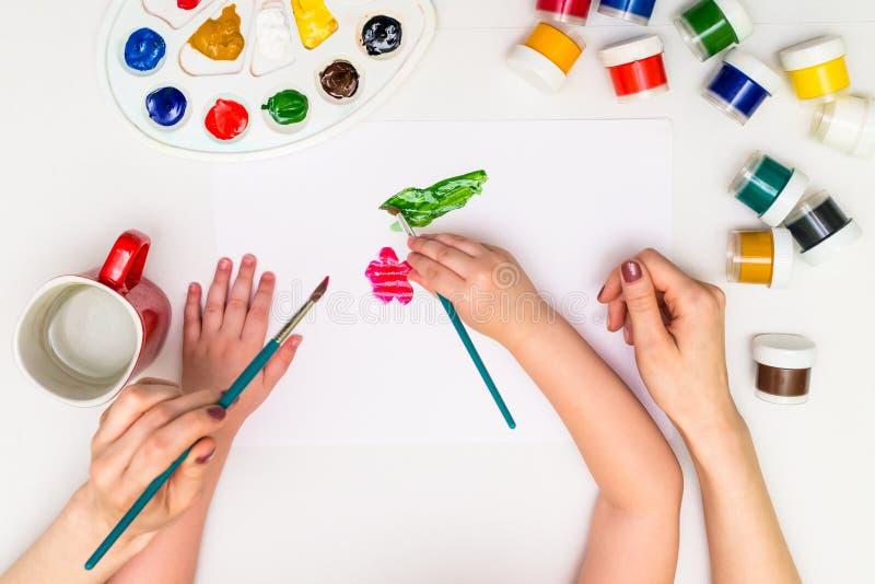 Dziecko maluje kwiatu obraz stock