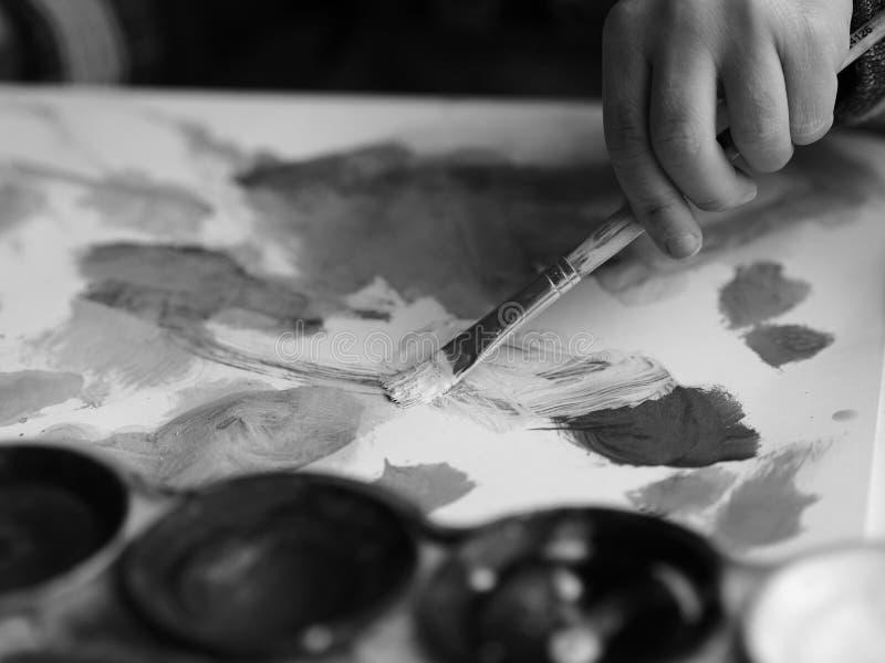 Dziecko maluje obrazek z muśnięciem akwarelą i, blackandwhite obrazek royalty ilustracja