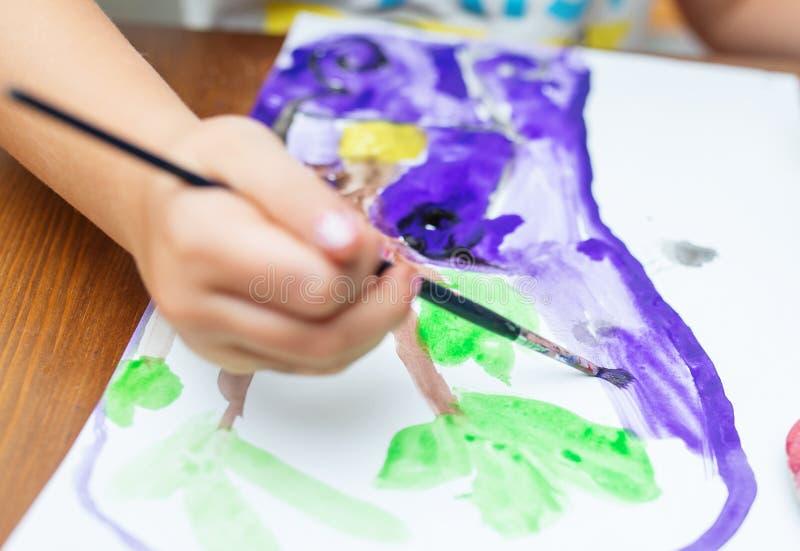 Dziecko Maluje w domu obrazy stock