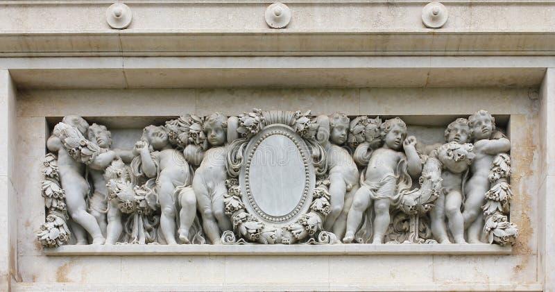 Dziecko marmurowa statua dla dekoracji w europejczyka stylu ściany tle zdjęcie royalty free