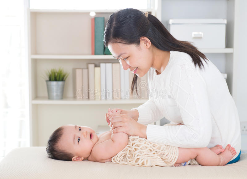 Dziecko masaż. zdjęcie stock