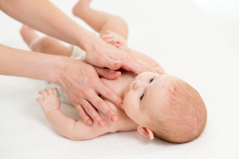 Dziecko masaż Macierzysty masowanie dzieciak zdjęcia royalty free