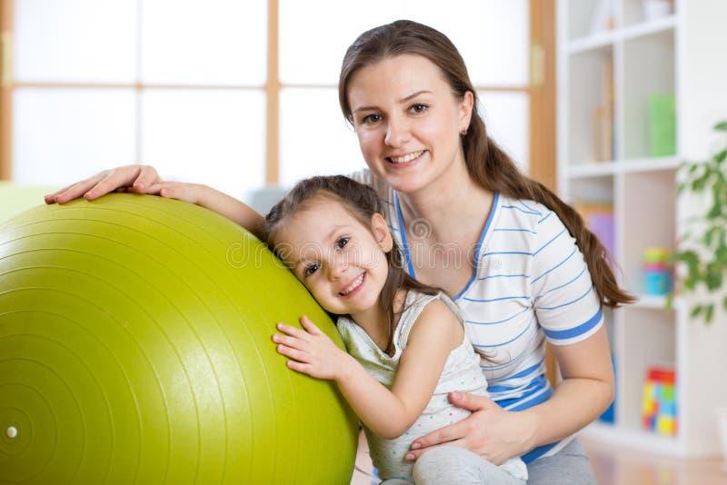 Dziecko matka z sprawności fizycznej piłką i dziewczyna fotografia royalty free