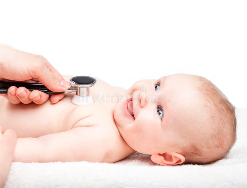 Dziecko medyczny egzamin - doktorski sprawdza kierowy rytm i płuca z st zdjęcia stock