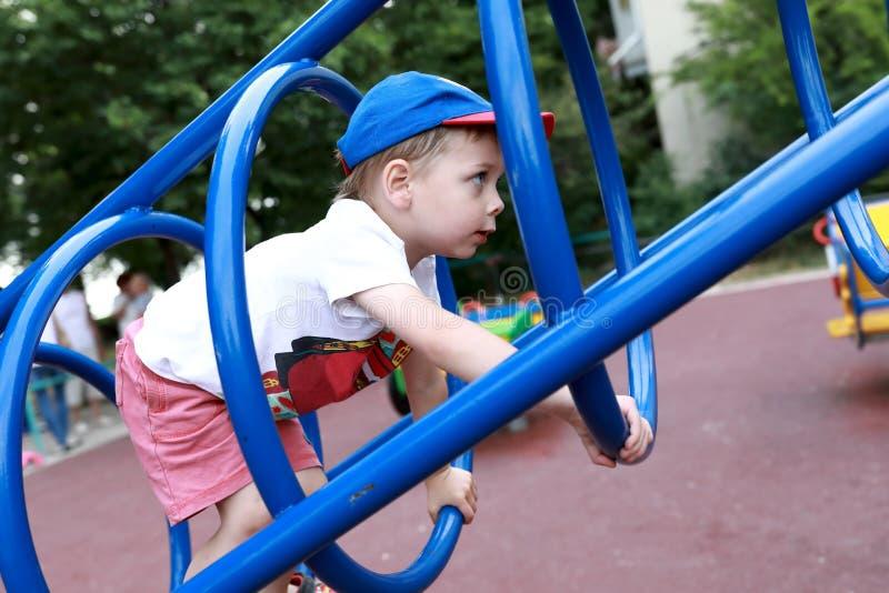 Dziecko metalu wspinaczkowy most obraz stock
