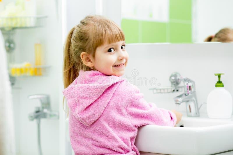 Dziecko myje jej ręki w łazience i twarz fotografia royalty free