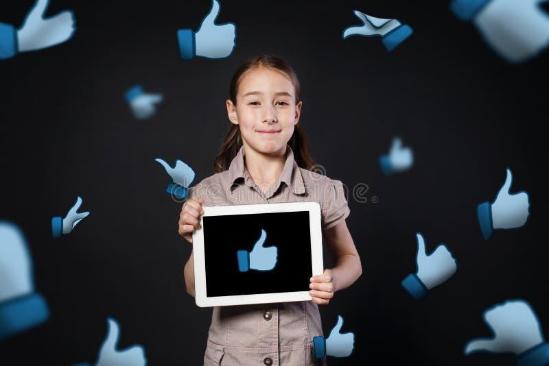 Dziecko nałóg ogólnospołeczne sieci Mała dziewczynka z pastylką zdjęcie royalty free
