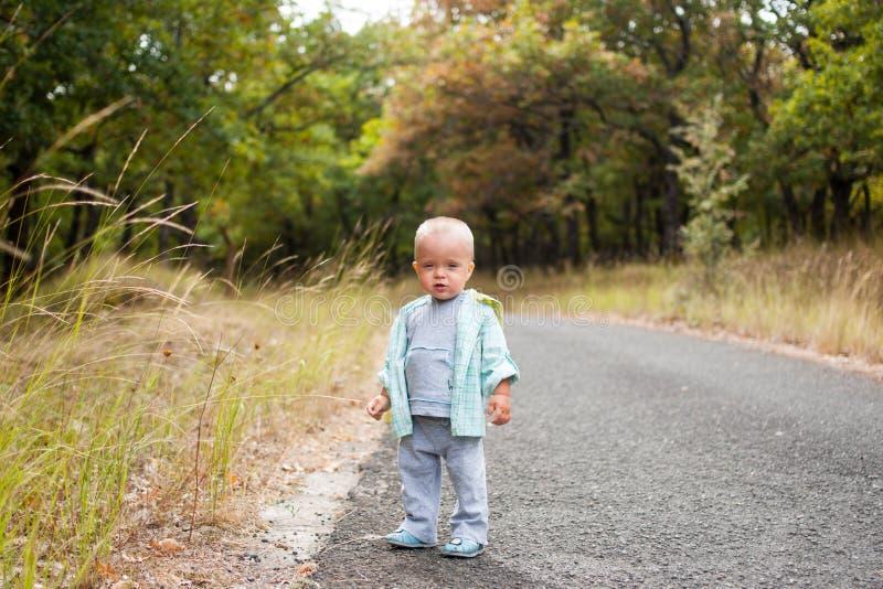 Dziecko na ścieżce zdjęcia royalty free