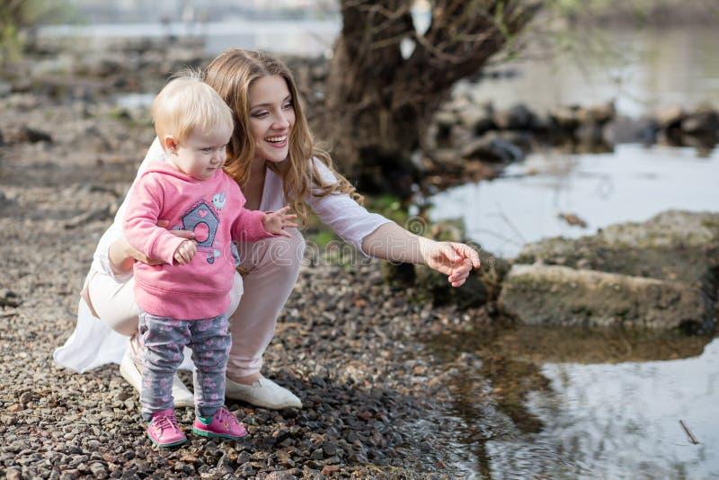 Dziecko na banku rzeka i matka obrazy royalty free