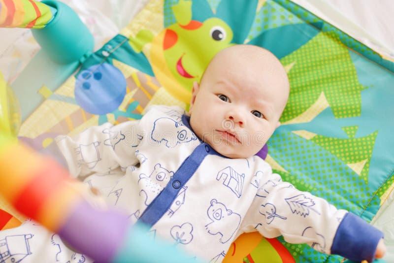 Dziecko na dywaniku zdjęcie stock