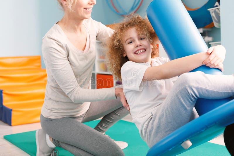 Dziecko na pediatrycznej huśtawce obrazy stock