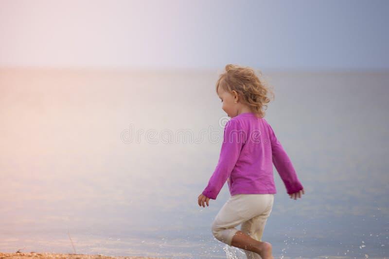 Dziecko na plaży zdjęcia royalty free
